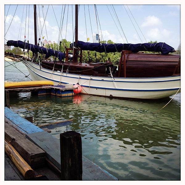 Awi is één van de botenbouwers op Palau Duyung. Bij wijze van showroom ligt er één aangemeerd aan de steiger voor ons huis.