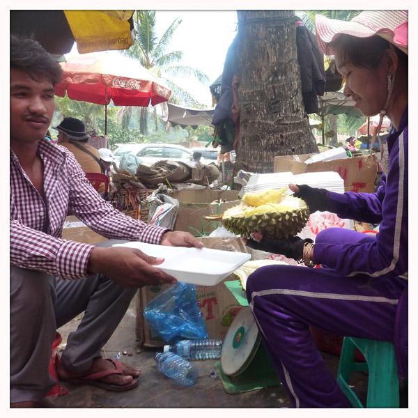 Een durian openen is werk voor geoefende vingers. Met plezier halen de marktkramers de pitten voor je uit de vrucht.
