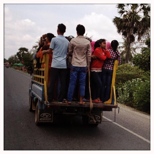 Goedkoop op je bestemming raken? Probeer ... rechtstaan in een laadbak van een vrachtwagen!
