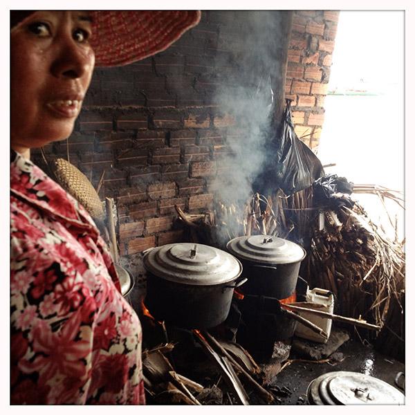 Ze ter plekke koken, gebeurt in oude keteltjes op een houtvuurtje. In het overdekte stuk van de markt zorgt dat voor een bijna ondraaglijke hitte.