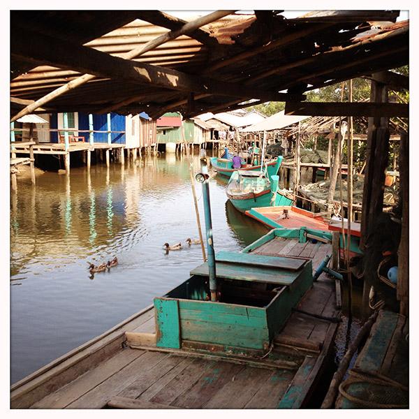 Naast de verhoogde hoofdweg ligt een pittoresk vissersdorpje. 's Avonds vertrekken de mannen per vijf met deze bootjes naar zee. Maar één van hen blijft in de boot. De andere vier gaan het water in om de netten uit te zetten.
