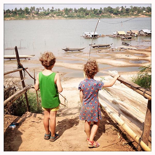 Cambodja - Drijvende Vietnamese huizen aan de kust van Koh Trong Island (Kratié)