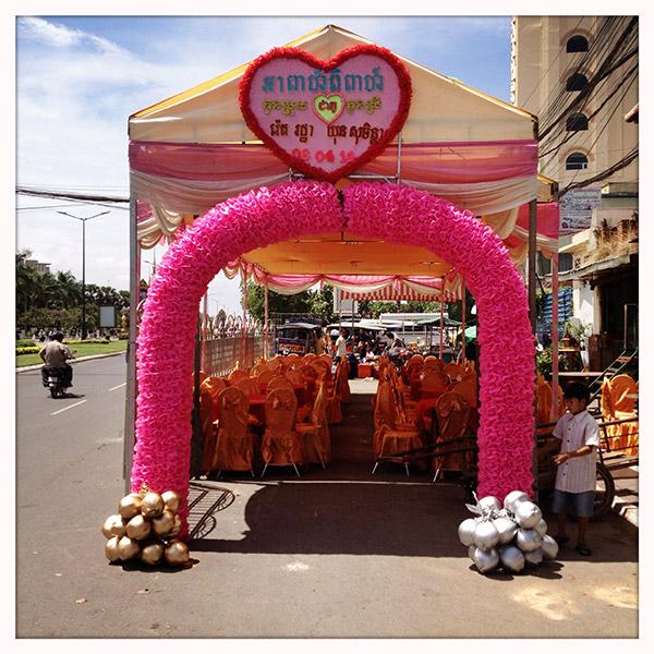 Cambodja - Huwelijksfeest op straat in Phnom Penh