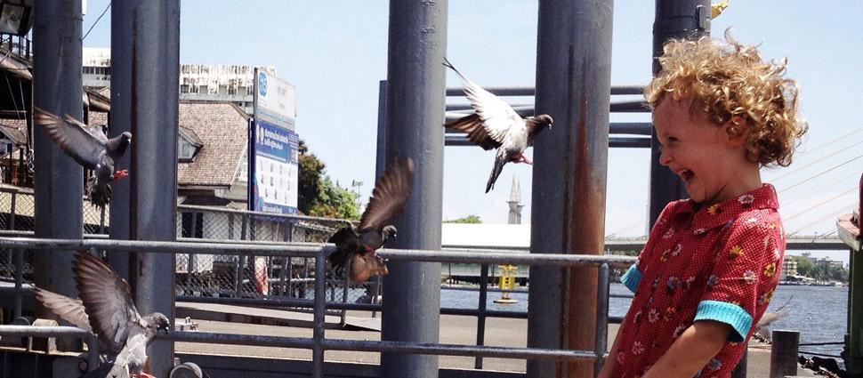 Bangkok met kinderen - Tha Thewet - vissen (en duiven) voeren