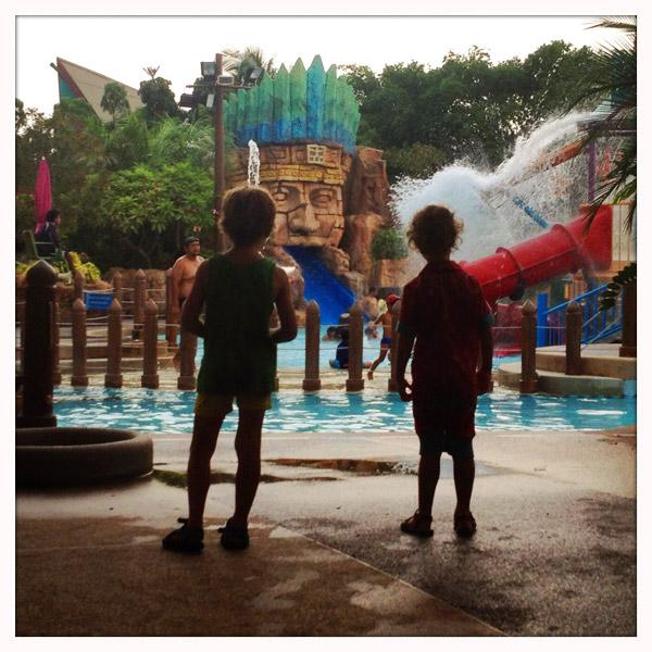 Oddclod bangkok thailand bangkok met kinderenoddclod for Kostprijs polyester zwembad