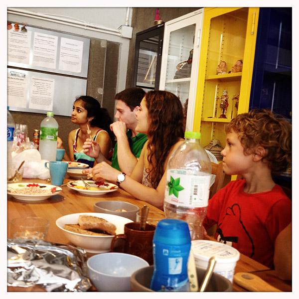 Samen met wat Amerikanen ontbijten in Mile Map Hostel.